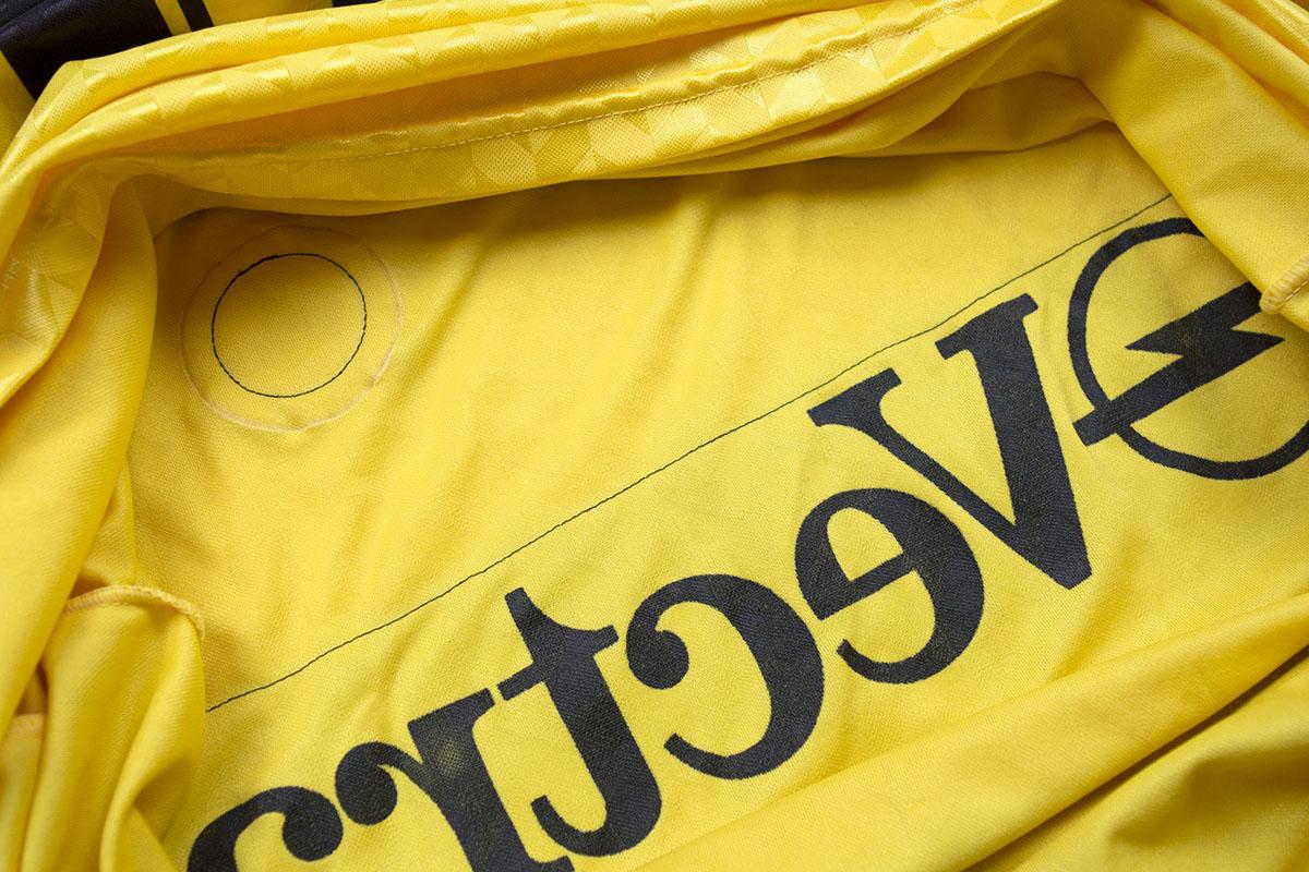 1989 - 1990, Feyenoord HCS-patch (zwart) Hummel uitshirt geel