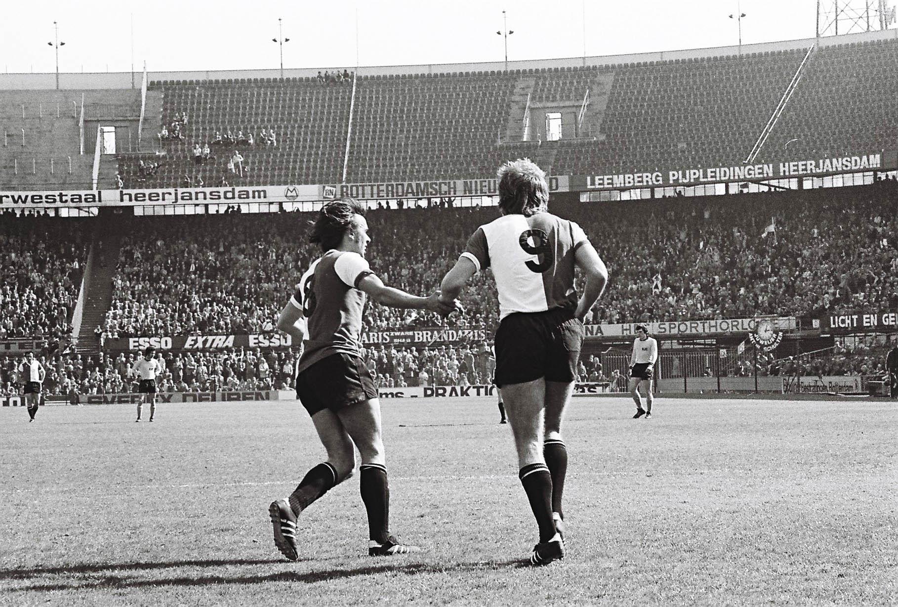 Feyenoord - Roda JC, 7 april 1974 (8-0), Theo de Jong prikt er net een binnen!