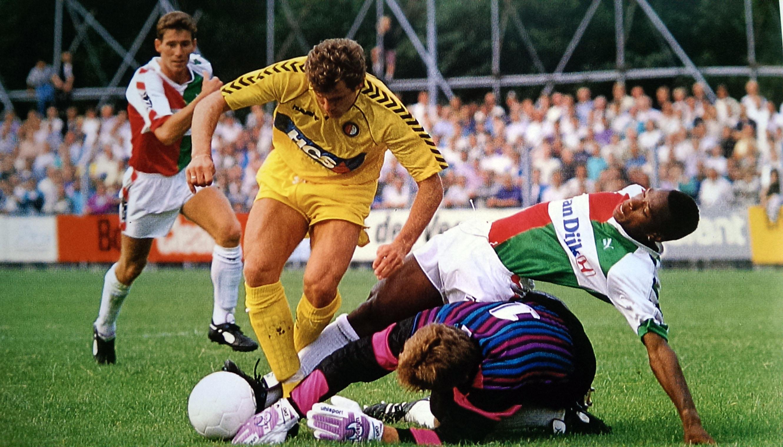 1989 - 1990, HCS Patch (blauw), Hummel, Uitshirt Geel, Wlodi Smolarek in actie tegen SVV in de streekderby